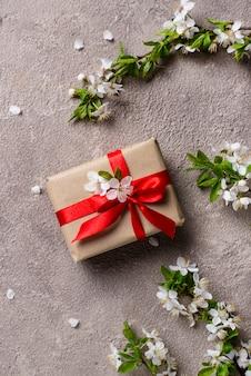 Boîte de fleurs et de cerisiers ou de pruniers