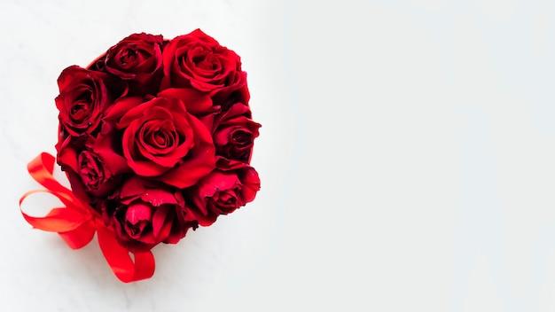 Boîte de fond de roses rouges