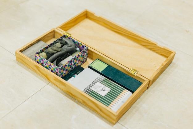 Boîte avec des fournitures de dessin