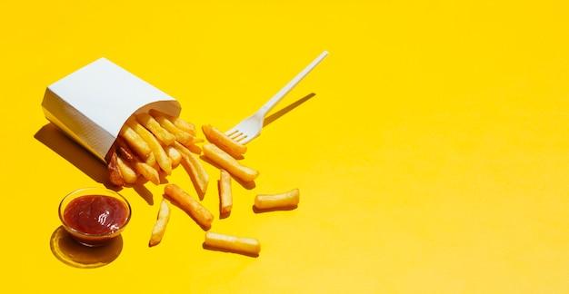 Boîte de frites renversées avec du ketchup