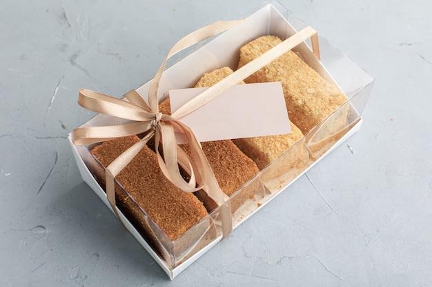 Boîte de gâteaux avec assortiment de cartes de visite pour une pâtisserie