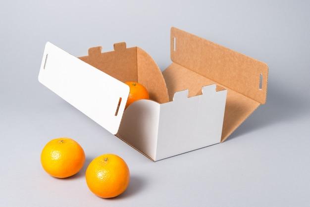 Boîte à gâteaux en carton blanc avec couvercle sur fond gris