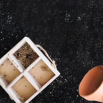 Boîte avec graines et pot
