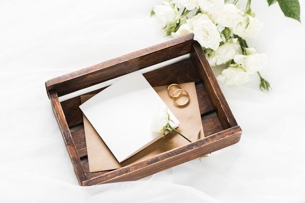 Boîte grand angle avec bagues de fiançailles