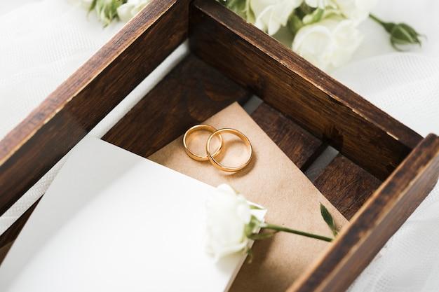 Boîte de gros plan avec bagues de fiançailles