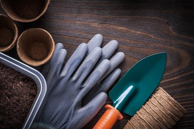 Boîte de jardinage de gants en caoutchouc de pelle avec de la terre