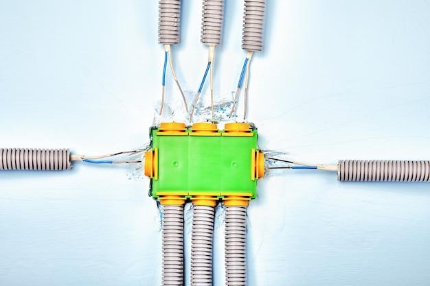 Boîte de jonction électrique en cours d'installation.