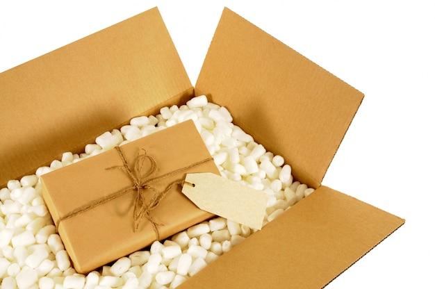 Boîte de livraison en carton avec emballage en papier brun