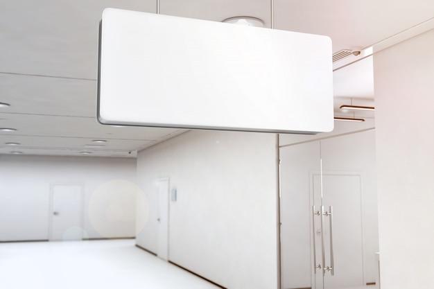 Boîte à lumière blanche vide accroché au plafond