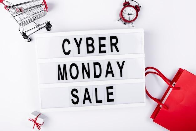 Boîte à lumière plate lay avec cyber vente lundi sur elle