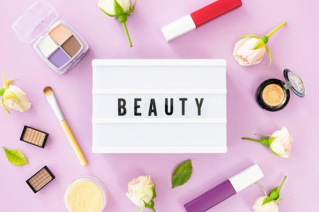 Boîte à lumière avec des produits cosmétiques