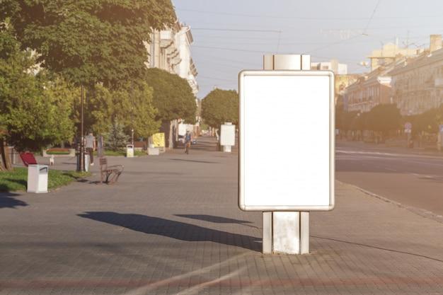 Boîte à lumière publicitaire vide dans la ville