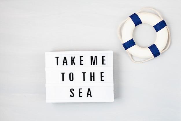 Boîte lumineuse avec texte emmène-moi à la mer