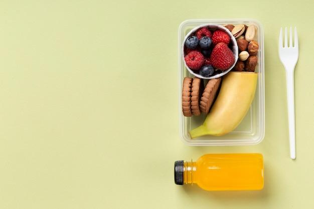 Boîte à lunch d'aliments sains avec bouteille de jus