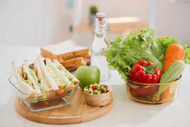 Boîte à lunch et aliments sains sur fond isolé