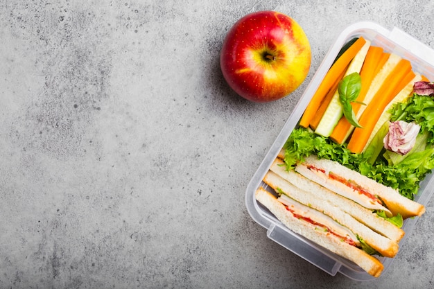 Boîte à lunch avec des aliments sains