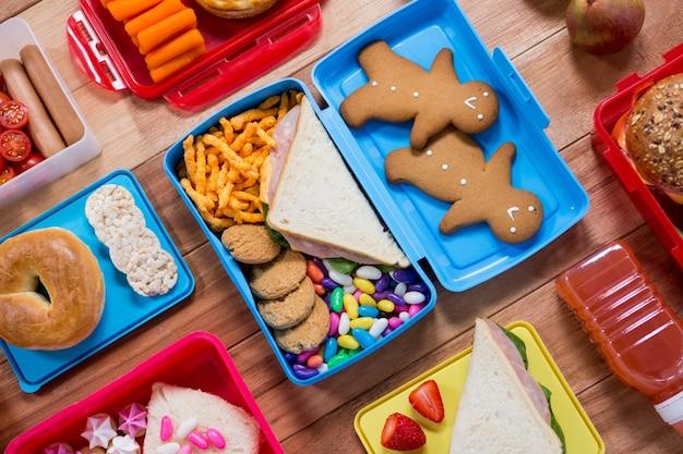 Boîte à lunch avec diverses collations et aliments sucrés