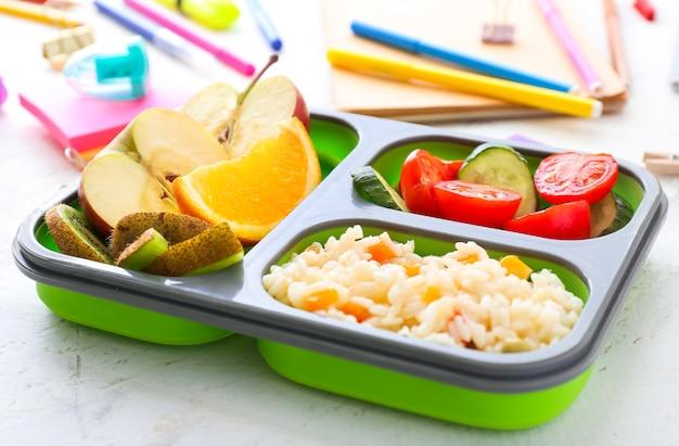 Boîte à lunch de l'école avec des plats savoureux sur la table