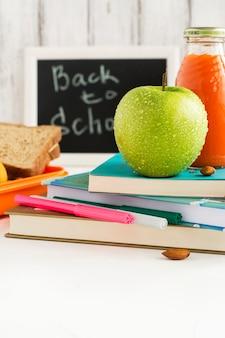 Boîte à lunch d'école avec sandwich, fruits et noix