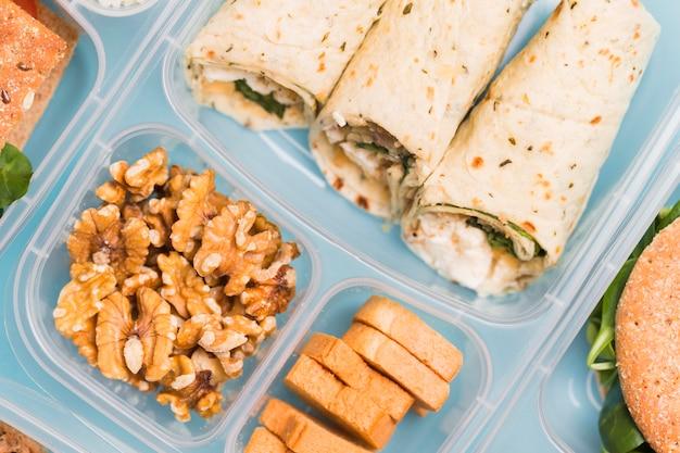 Boîte à lunch gros plan avec enveloppements