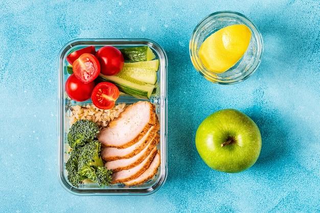 Boîte à lunch saine et équilibrée avec poulet, riz, légumes. nourriture de bureau, concept de mode de vie sain.