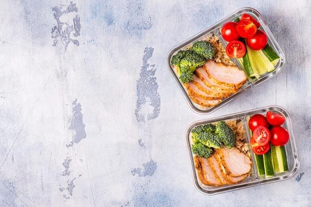 Boîte à lunch saine et équilibrée avec riz au poulet et légumes