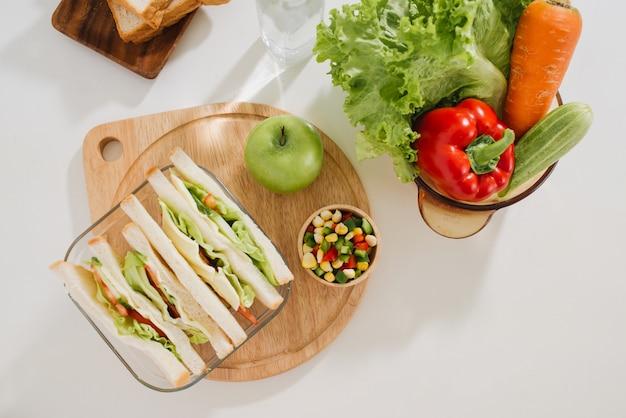 Boîte à lunch avec sandwich et fruits