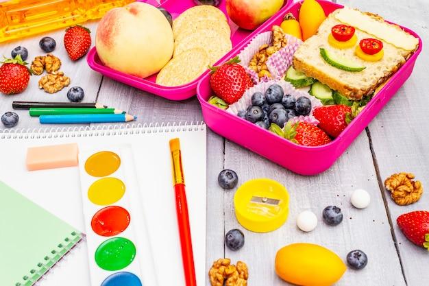 Boîte à lunch scolaire avec fournitures scolaires