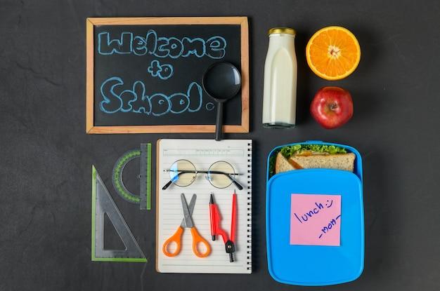 Boîte à lunch scolaire avec des fournitures scolaires,