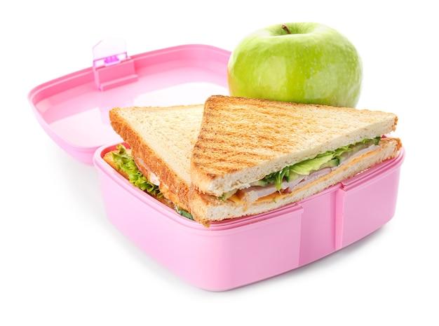 Boîte à lunch scolaire avec des plats savoureux sur blanc