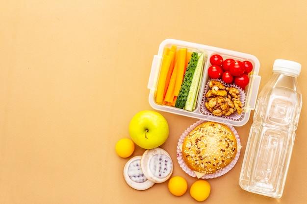 Boîte à lunch scolaire. retour au concept de l'école