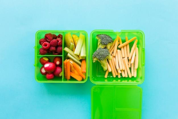 Boîte à lunch verte avec des légumes