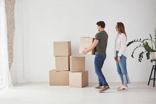 Boîte de maintien avec des articles. la famille a déménagé dans une nouvelle maison.