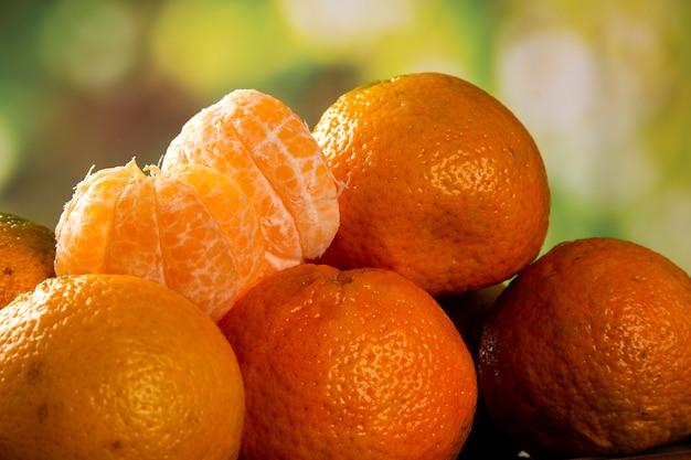 Boîte de mandarine sur table en bois