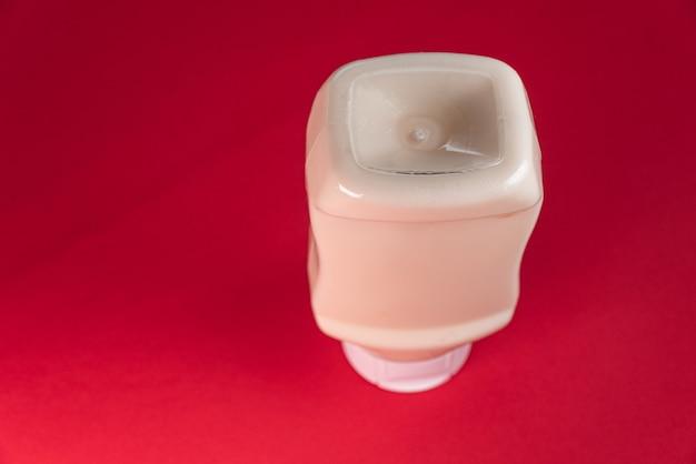 Boîte de mayonnaise sur fond rouge