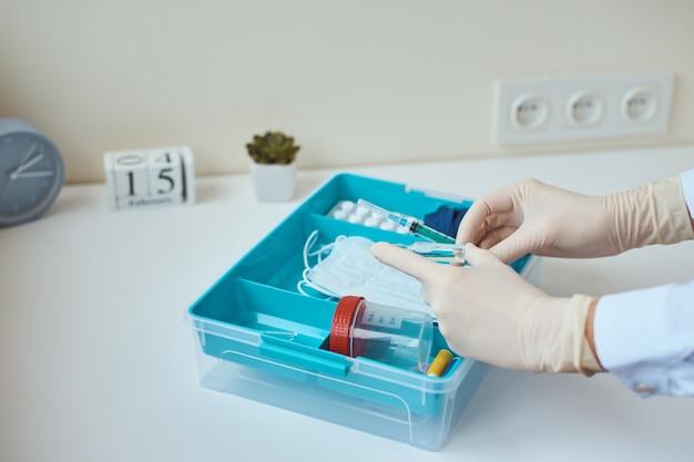 Boîte de médecine à domicile avec des articles médicaux