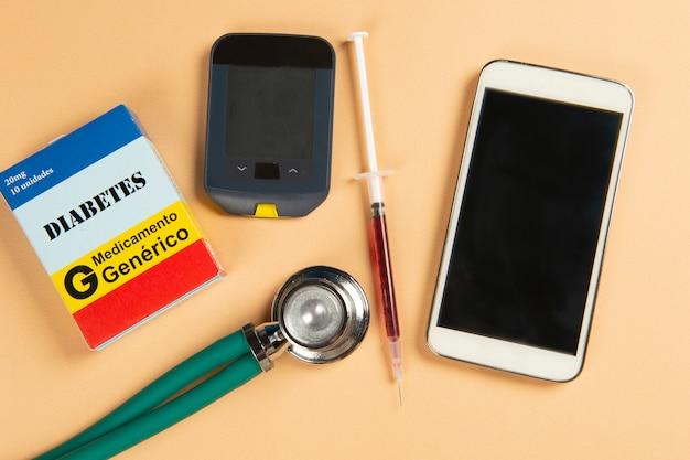 Boîte à médicaments, glucomètre, seringue, mobille et stéthoscope
