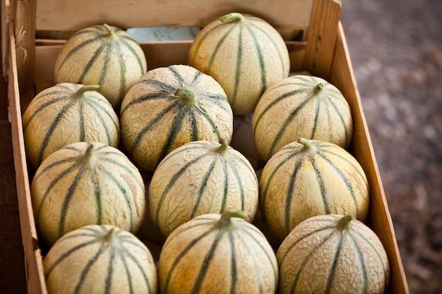 Boîte de melons frais mûrs sur un marché de producteurs