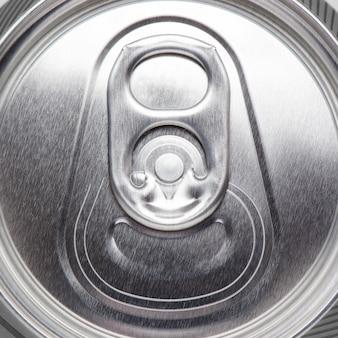 Boîte en métal avec bière ou cidre. vue de dessus plat
