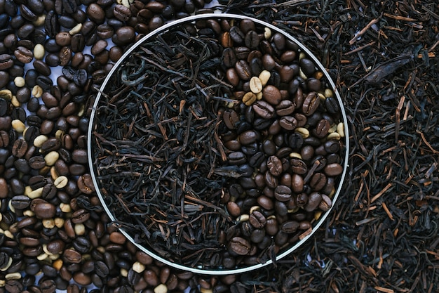 Boîte en métal avec des feuilles de thé séchées et des grains de café