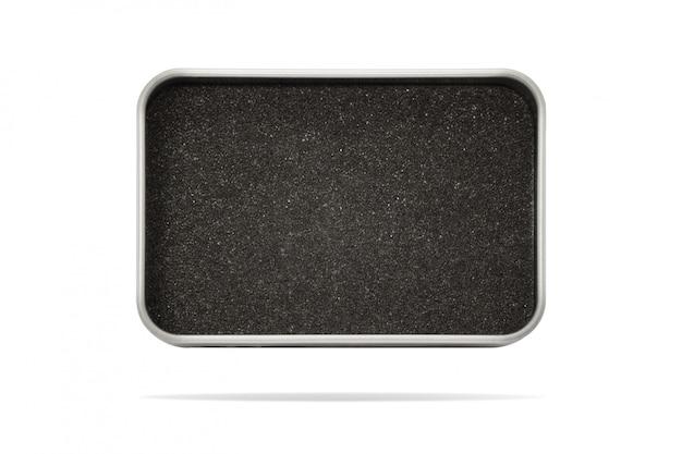 Boîte en métal vide isolée sur fond blanc.
