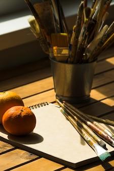 Boîte métallique avec des pinceaux sur une table