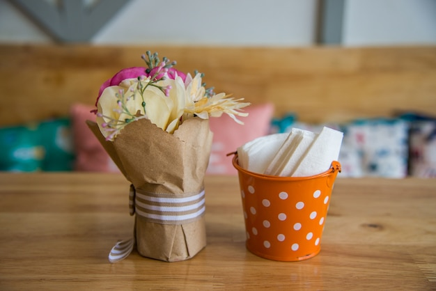 Boîte à mouchoirs magnifiquement décorée de fleurs. 533a019ed1c