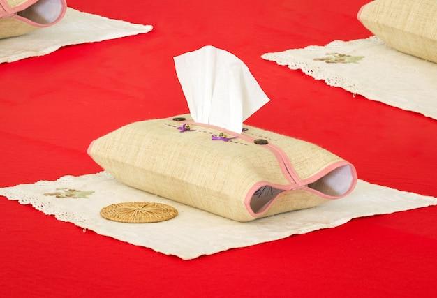 Boîte à mouchoirs sur la table