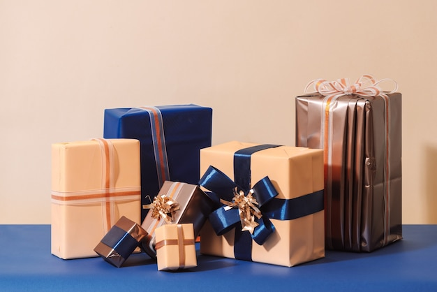 Boîte de noël avec cadeaux et noeud de couleur