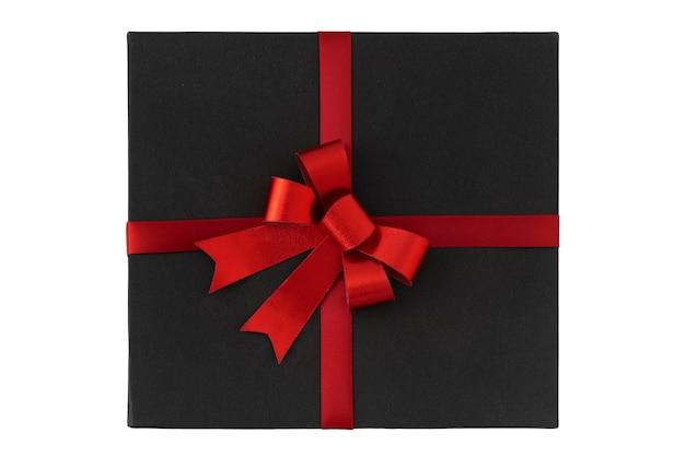 Boîte noire avec noeud rouge sur la vue de dessus de fond blanc. boite cadeau.