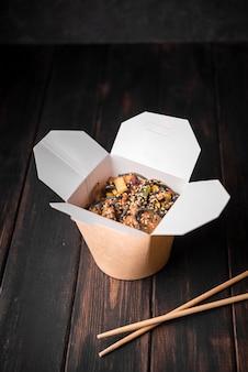 Boîte de nouilles aux graines de sésame