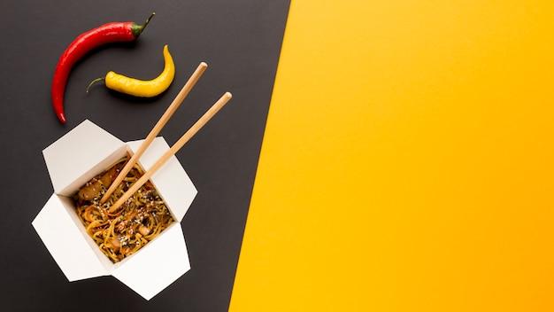Boîte de nourriture asiatique avec fond d'espace copie