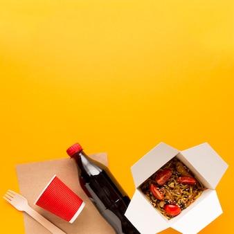 Boîte de nourriture asiatique avec fond jaune