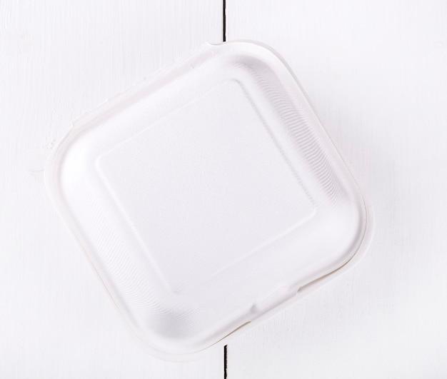 Boîte de nourriture blanche, emballage pour hamburger, déjeuner, restauration rapide, hamburger, sandwich. pack de produits sur table en bois blanc, vue du haut